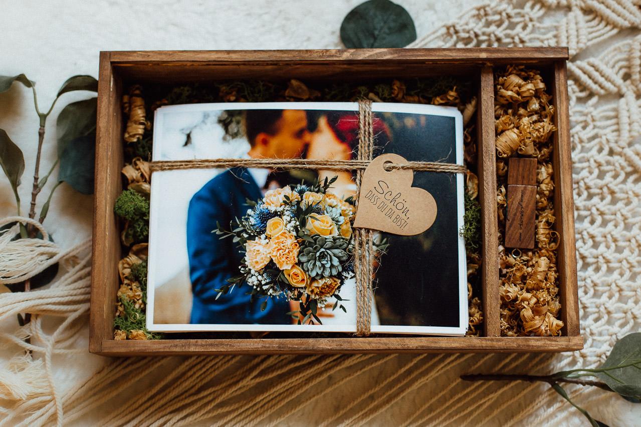 Verpackte Hochzeitsfotos in einer Holzkiste