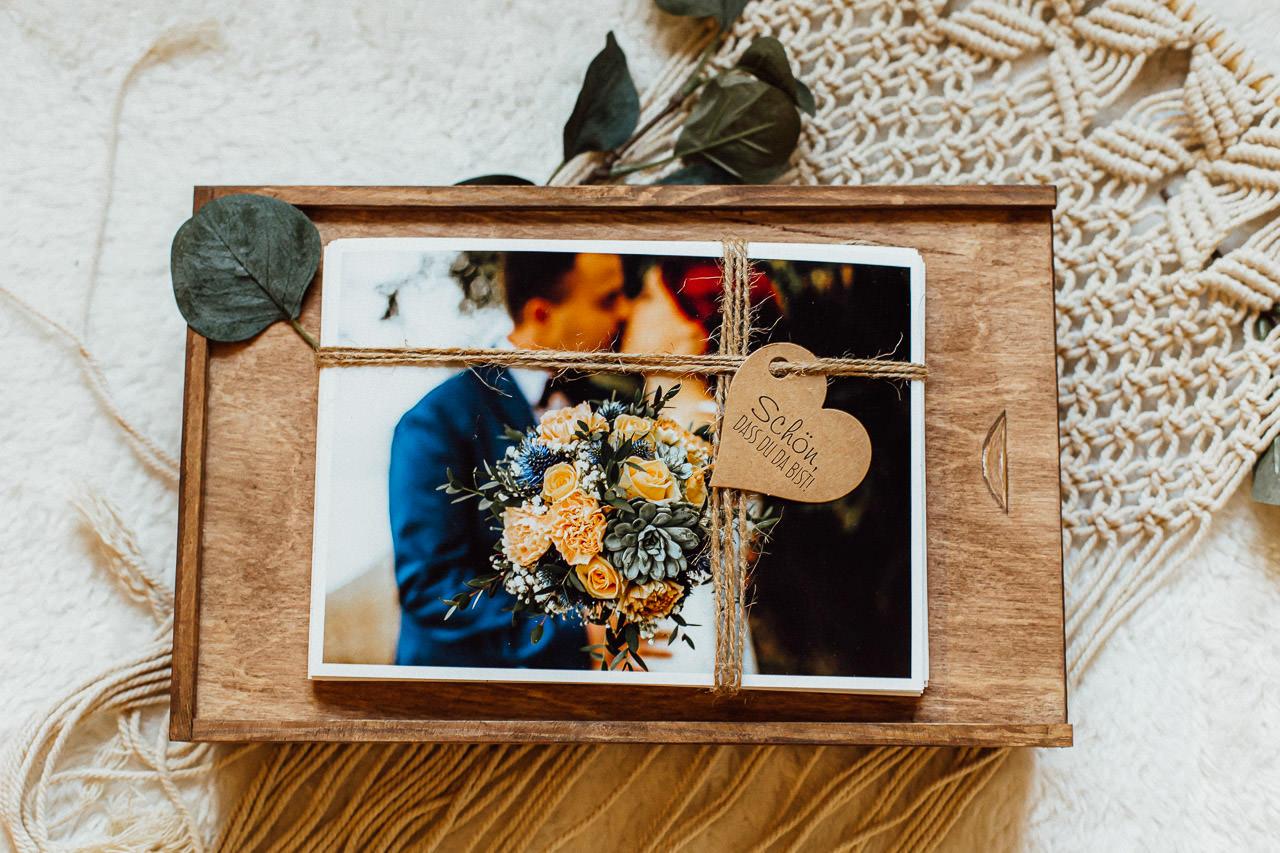 Hochzeitsfotos auf einer Holzkiste.