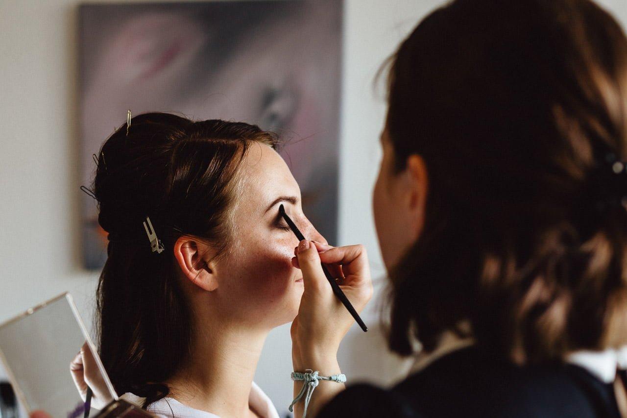 Braut-Make-up vor einer Hochzeit im Freien im Hotel Darstein