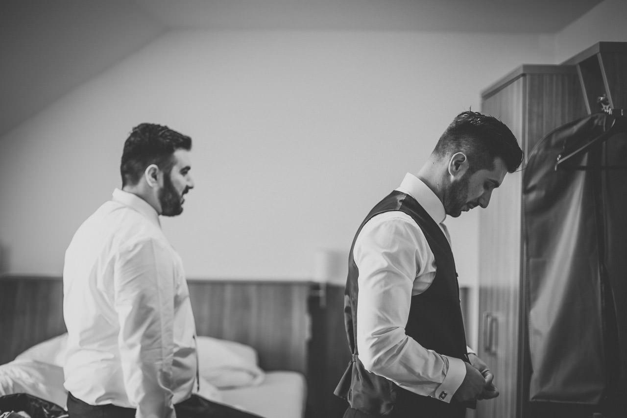 Vorbereitungen für die Hochzeit des Bräutigams im Hotel Darstein