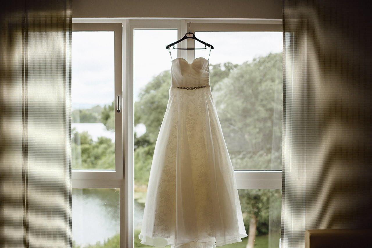 Das Hochzeitskleid während der Hochzeitsvorbereitungen der Braut im Hotel Darstein