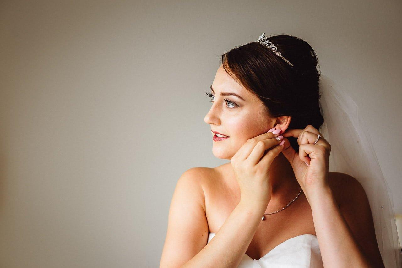 Die Braut überprüft die letzten Details vor der Hochzeit im Darstein Hotel
