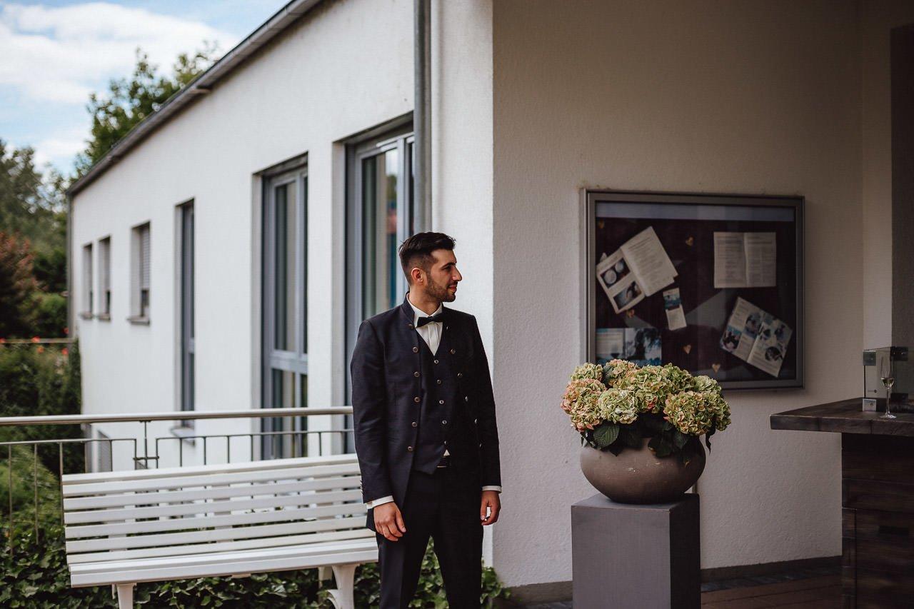 Bräutigam wartet auf die Braut vor den Darstein Hotels
