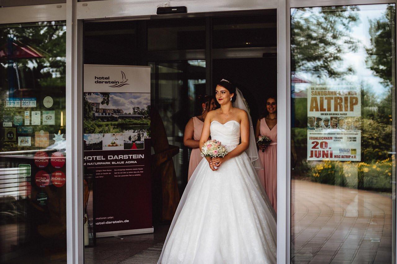 Die Braut verlässt das Hotel Darstein