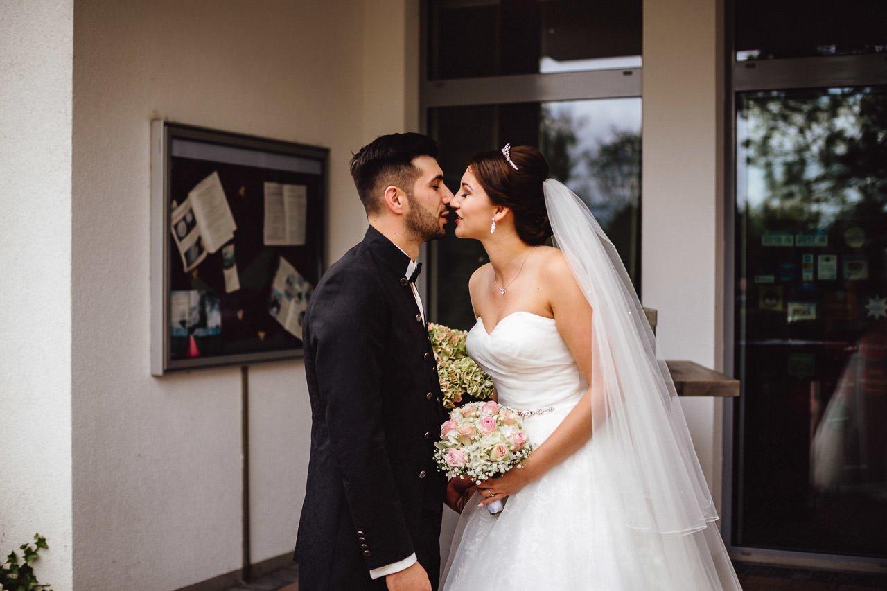 Erster Kuss vor dem Hotel Darstein