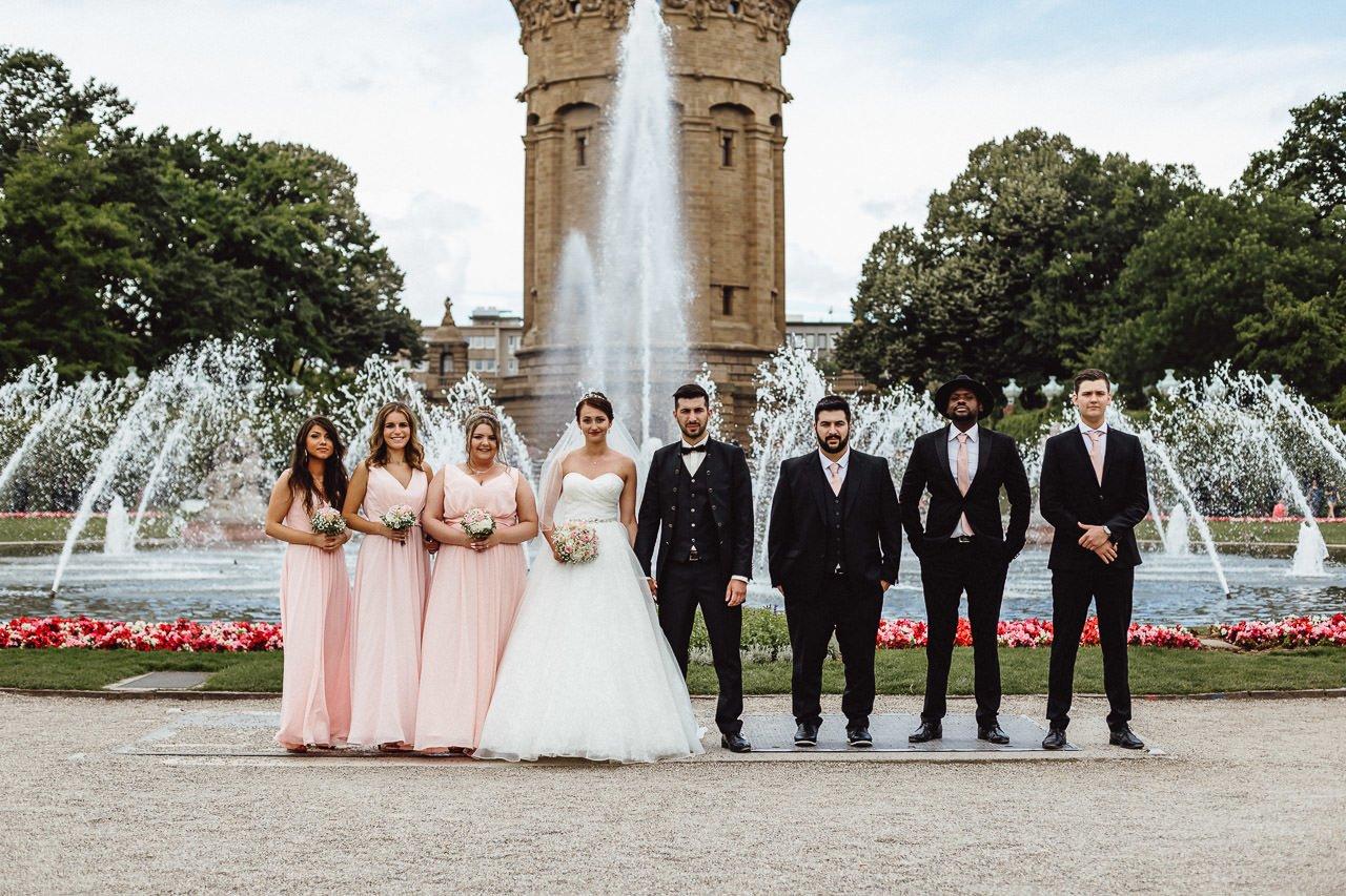 Braut und Bräutigam beim Hochzeits-Fotoshooting am Mannheimer Brunnen