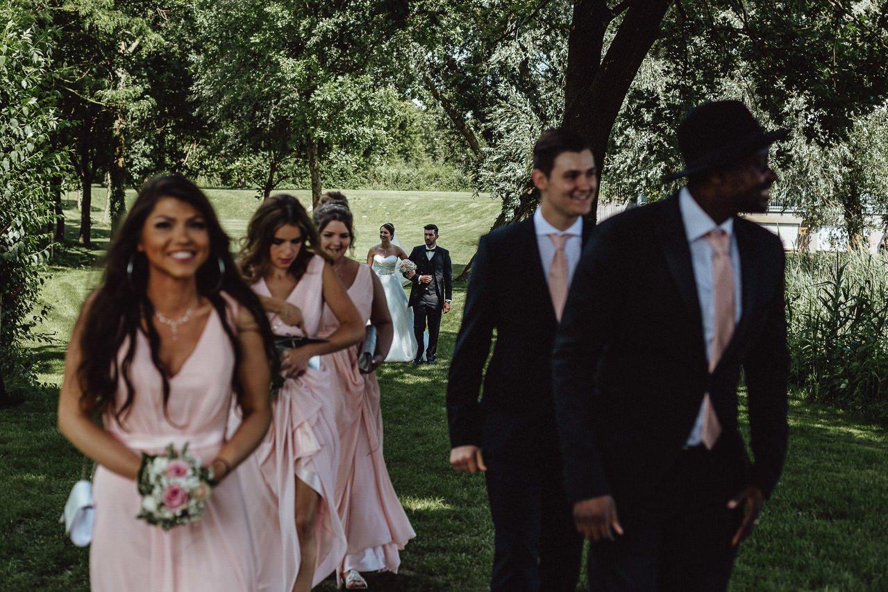 Braut und Bräutigam und ihre Freunde vor der Trauung im Freien im Hotel Darstein