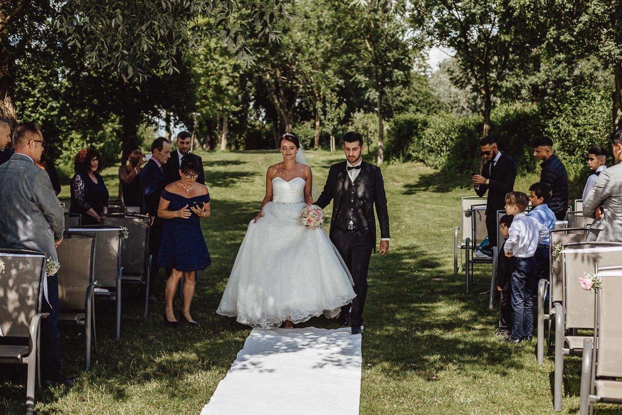 Braut und Bräutigam bei einer Trauung im Freien im Hotel Darstein