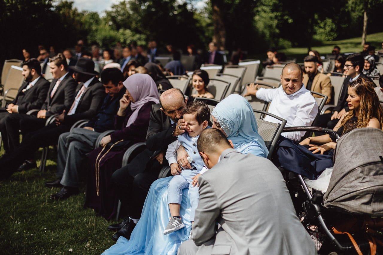 Emotionale Gäste während der Hochzeitsfeier im Hotel Darstein