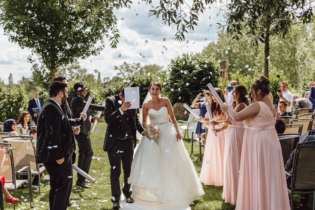 Kurz nach der Trauung im Freien begibt sich das Brautpaar zum Hochzeitsempfang in das Hotel Darstein.