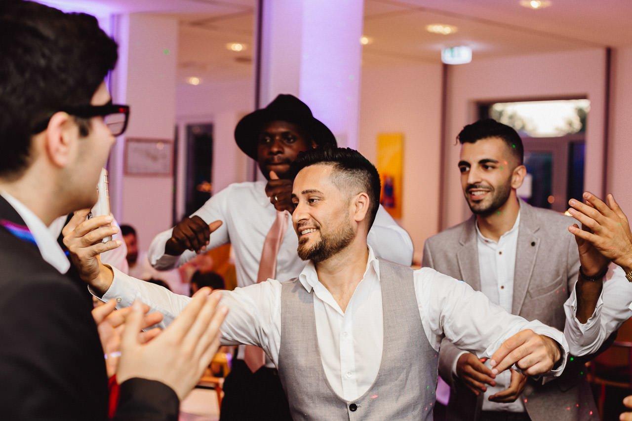 Die Gäste tanzen auf der Hochzeit im Hotel Darstein