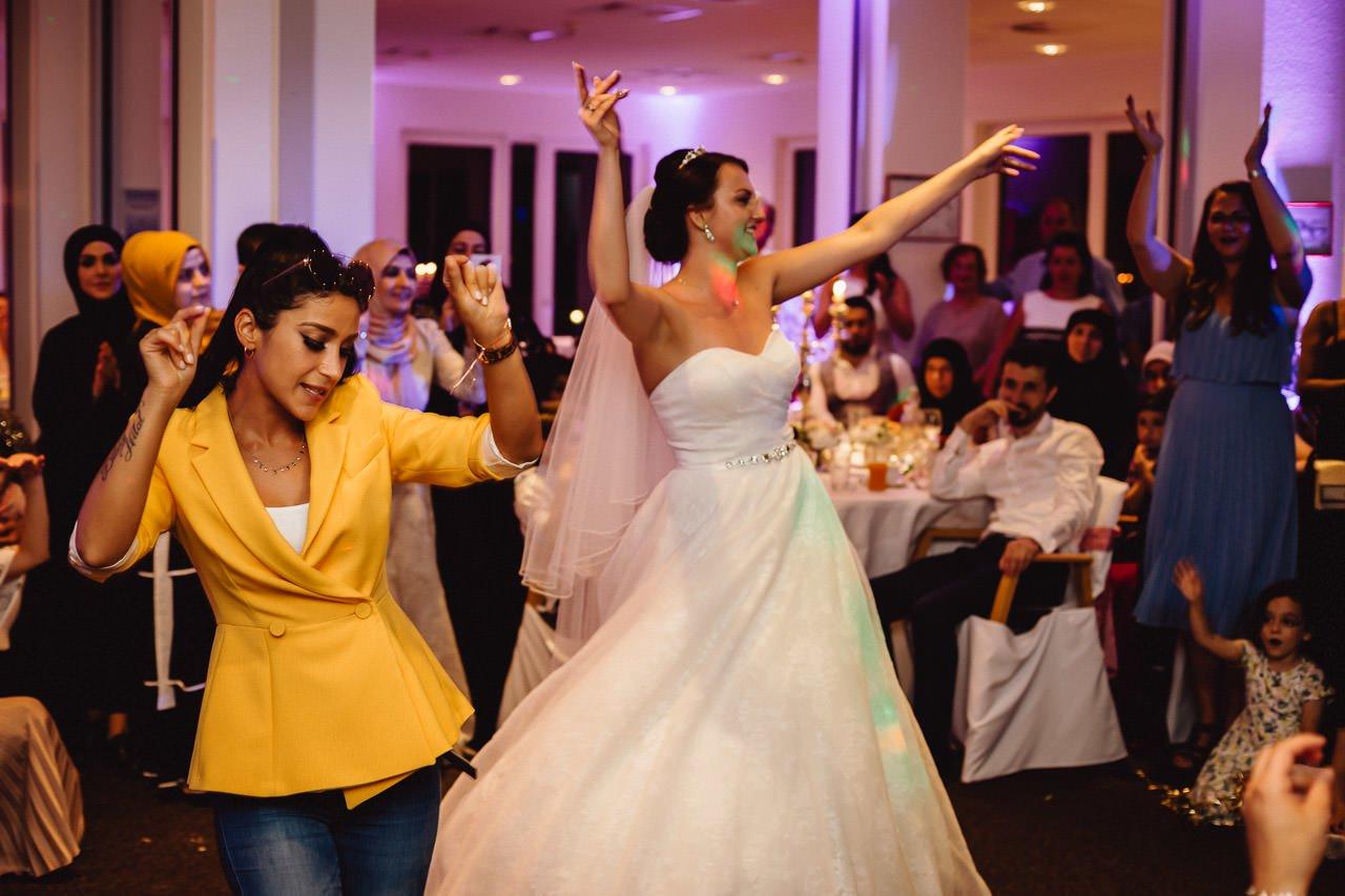 Die Braut tanzt auf der Hochzeit im Hotel Darstein