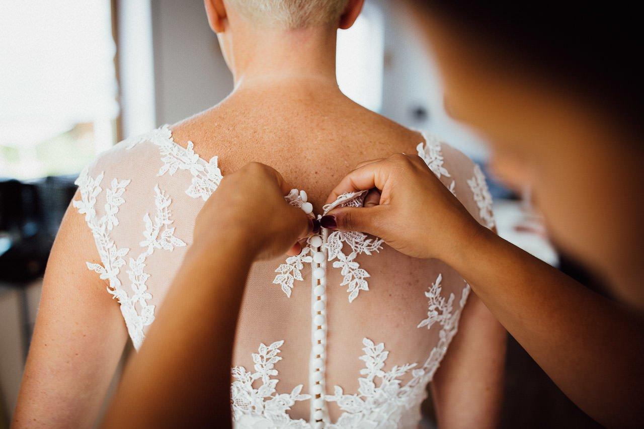Anlegen des Hochzeitskleides, Vorbereitung der Braut für die Trauung auf Burg Falkenstein.