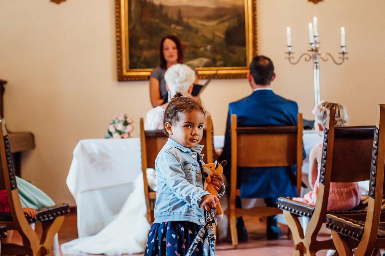 Kinder bei einer Hochzeit auf Burg Falkenstein.