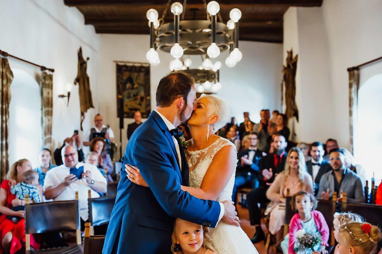 Ein Kuss während des Eheversprechens im Trausaal der Burg Falkenstein.