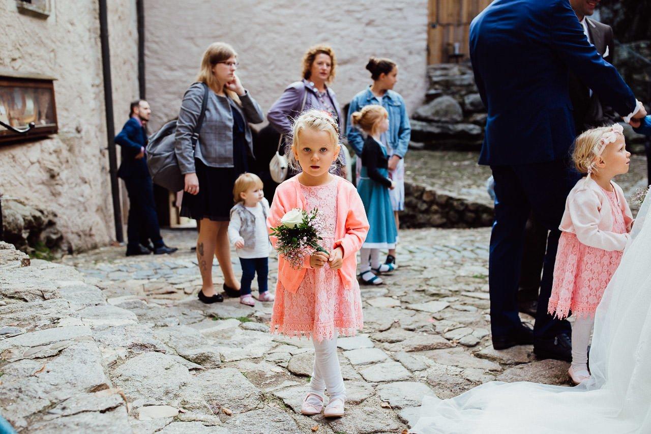 Kinder warten, bis sie an der Reihe sind, um dem Brautpaar zu gratulieren.