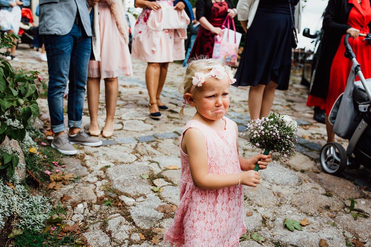 Ein kleines Mädchen weint bei der Hochzeit ihrer Eltern.
