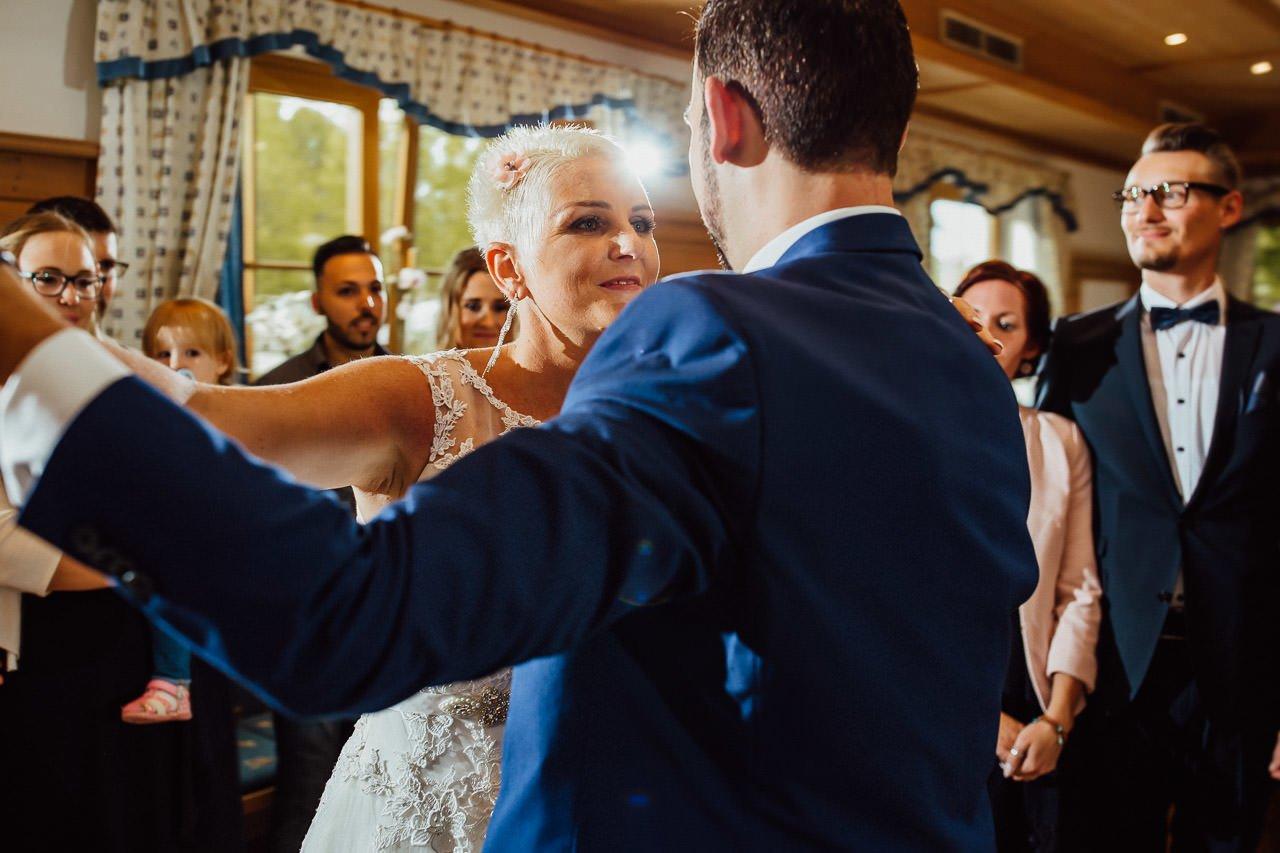 Die Braut tanzt mit dem Bräutigam im Gasthaus am See