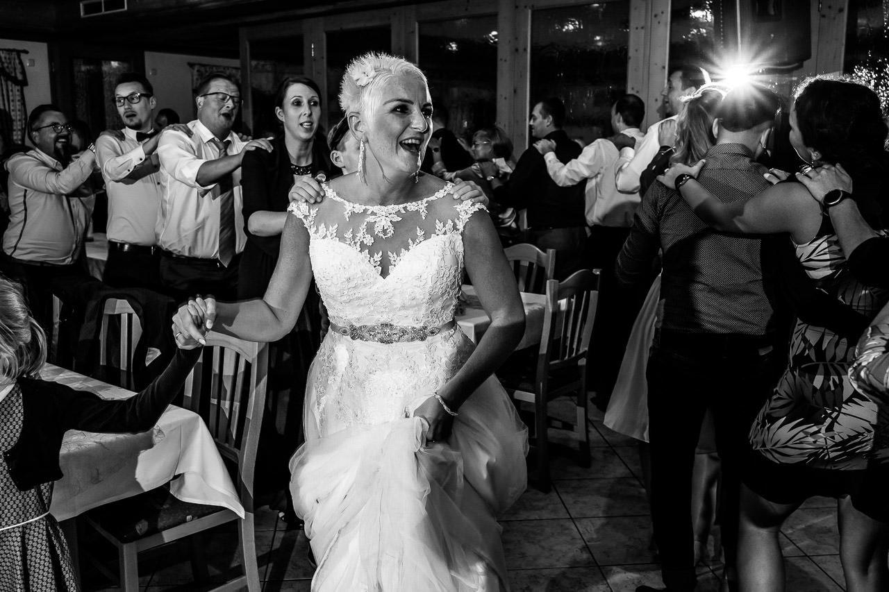 Die Braut während der Hochzeitsfeier im Gasthaus am See