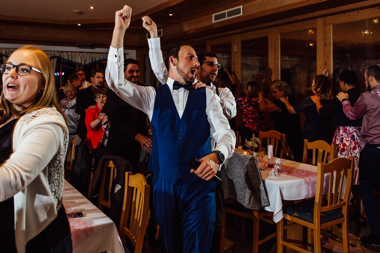 Der Bräutigam während der Hochzeitsfeier im Gasthaus am See