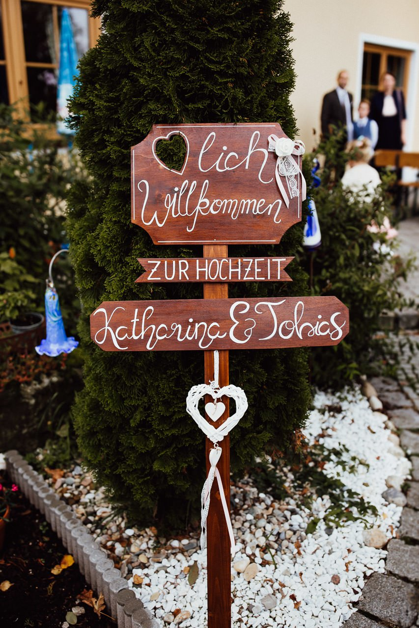Eine Tafel, die die Gäste zur Hochzeitsfeier einlädt