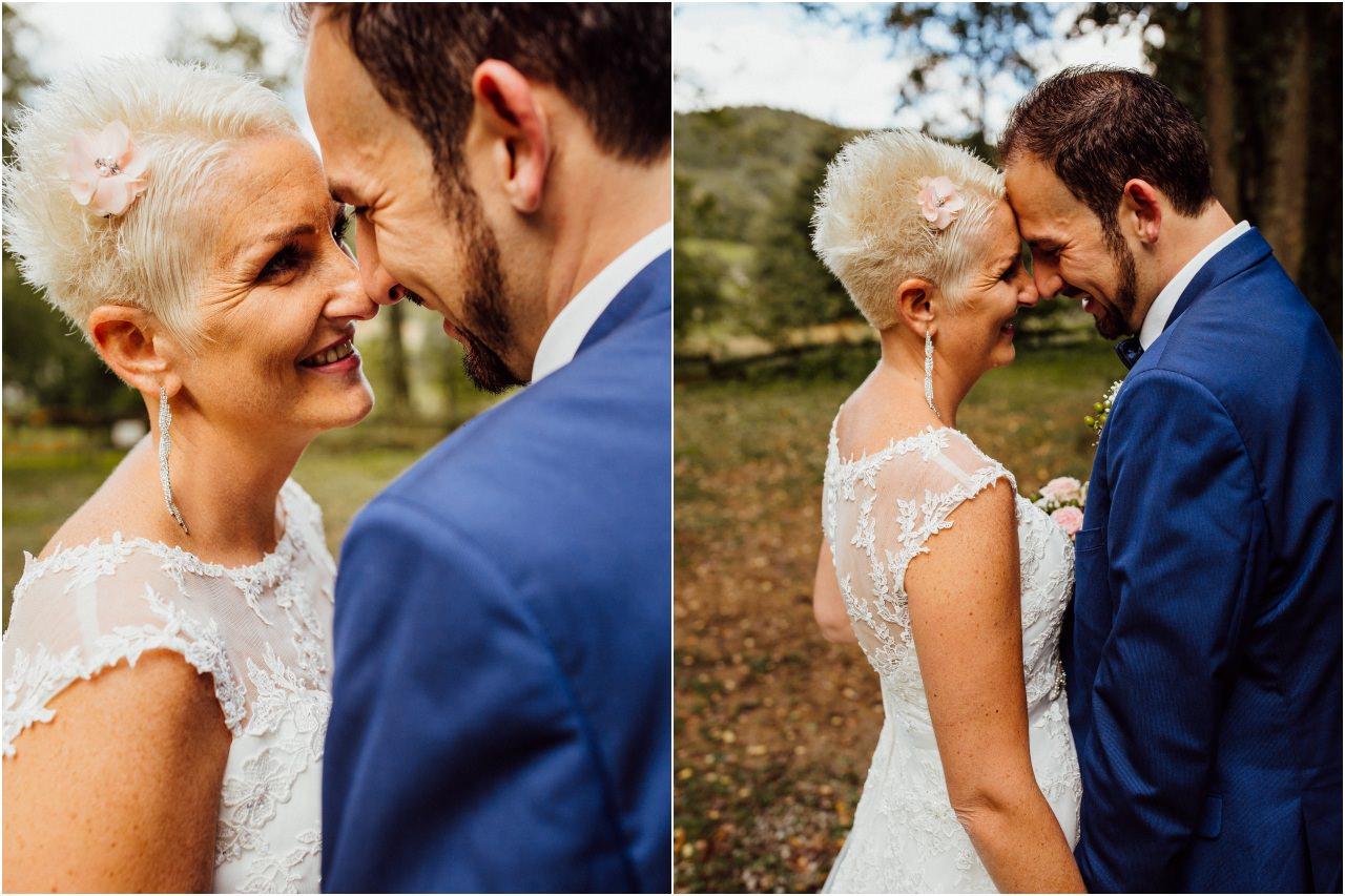 Hochzeitsfotoshooting von Braut und Bräutigam im Wald.