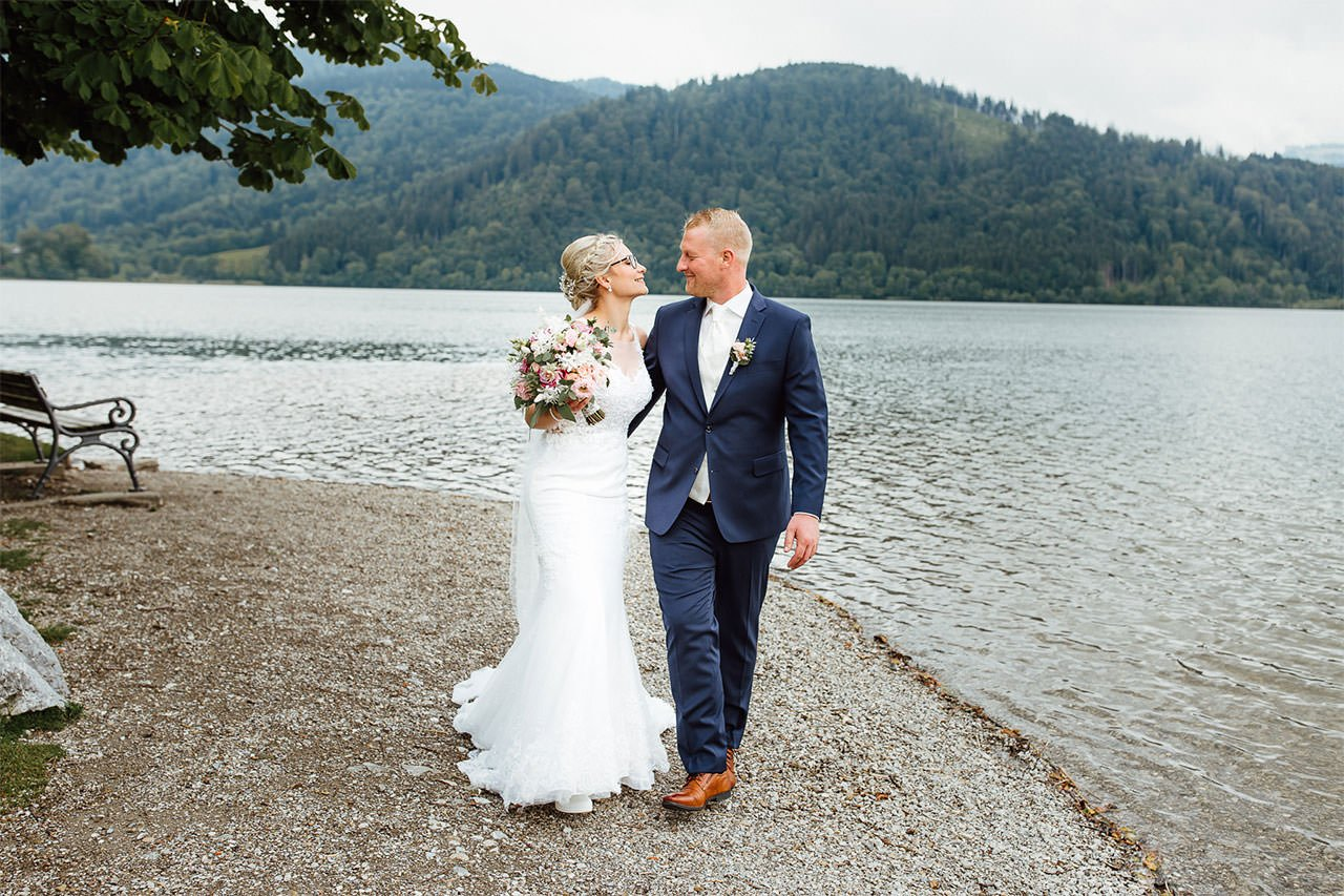 Fotoshooting des Hochzeitspaares am Strand von Schliersee
