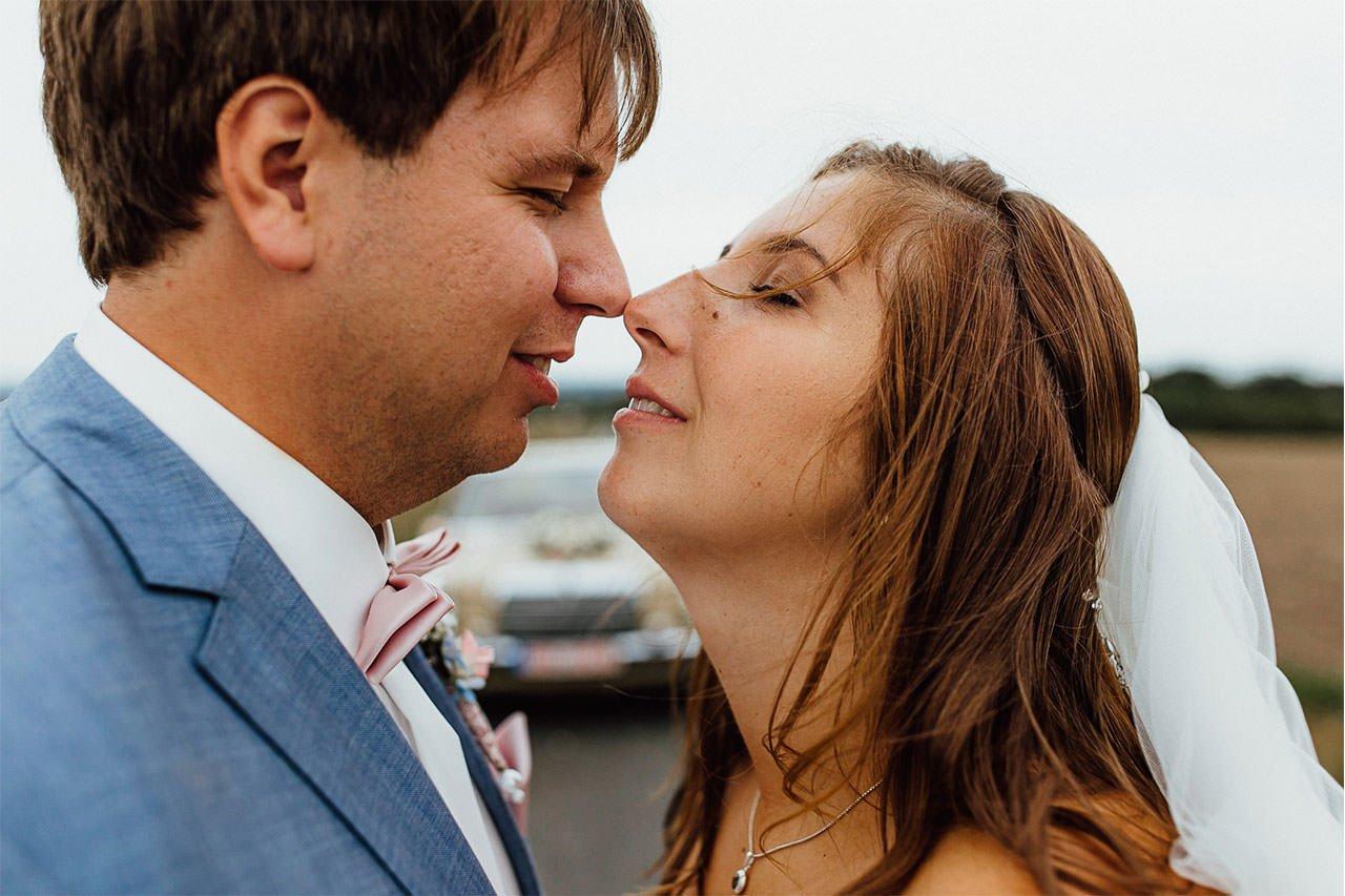 Nähe von Braut und Bräutigam während eines Hochzeitsfotoshootings