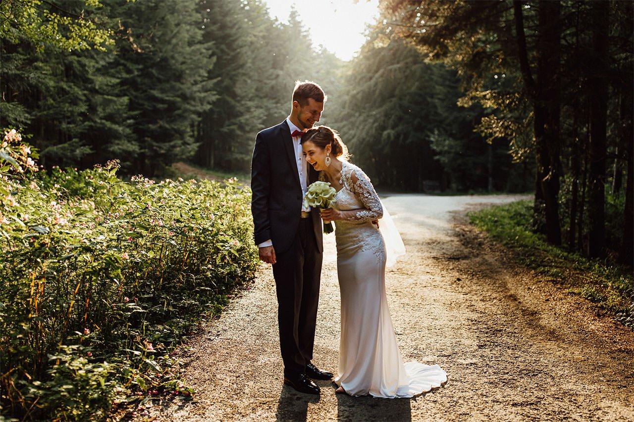 Die Braut und der Bräutigam während eines Fotoshootings im Wald.