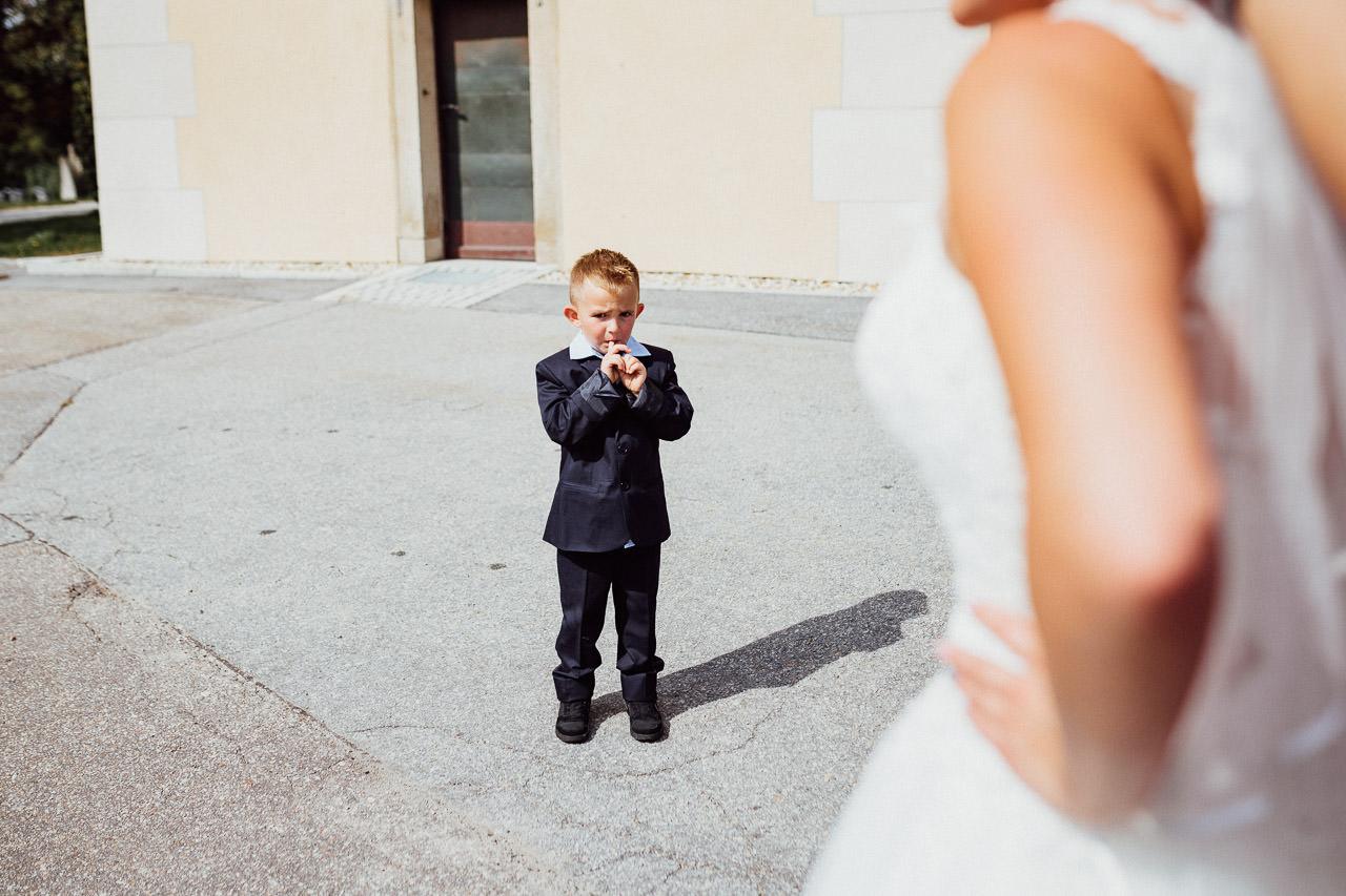 Der Junge ist begeistert von der Braut