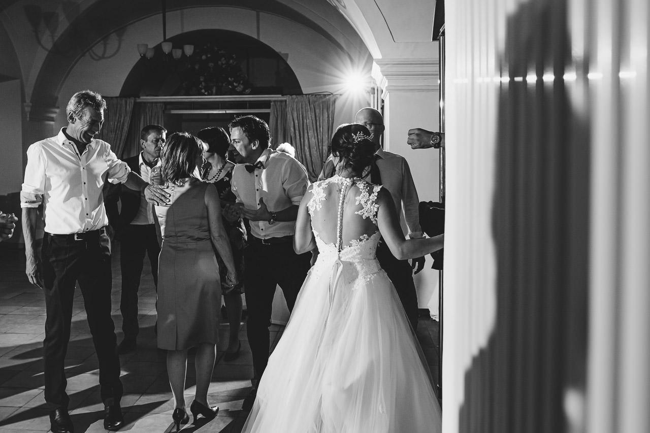 Die Braut und die Gäste an der Hochzeitsbar.