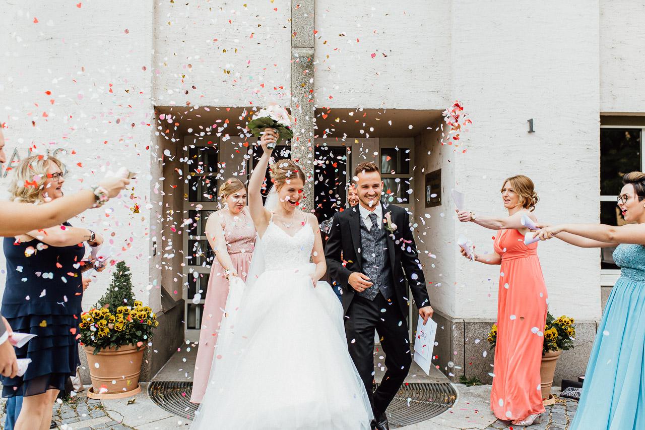 Das Brautpaar verlässt kurz nach der Trauung das Plattlinger Rathaus.