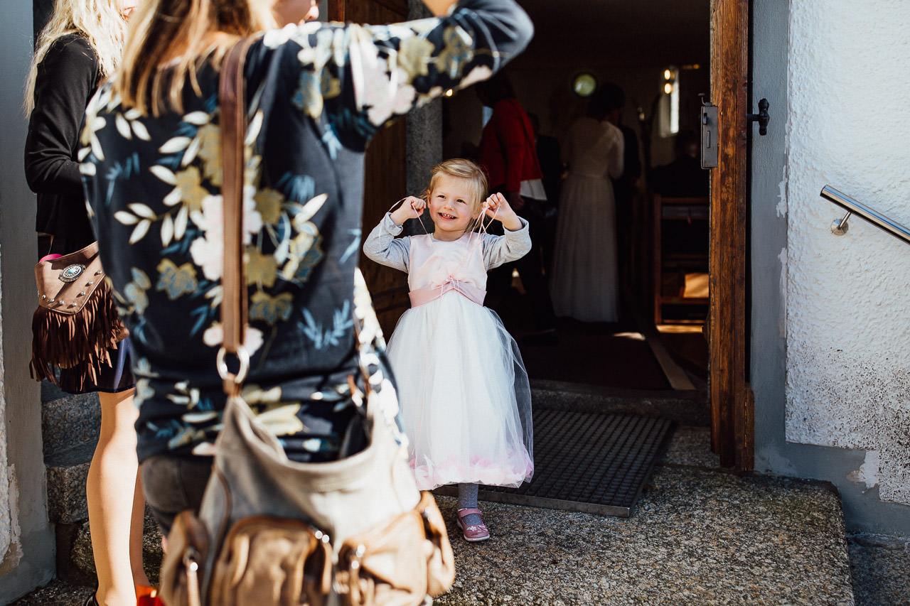 Ein kleines Mädchen kurz vor der Trauung ihrer Tante in der Kirche.