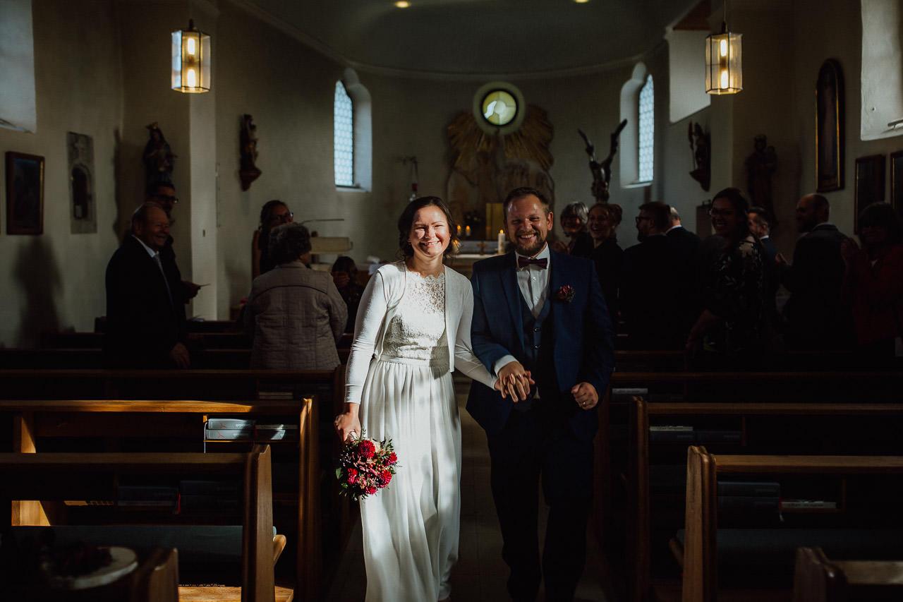 Die Braut und der Bräutigam verlassen die Kirche.