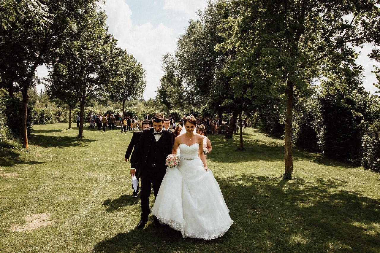 Das Brautpaar begibt sich nach der Trauung im Freien in den Hochzeitssaal im Hotel Darstein in Altrip