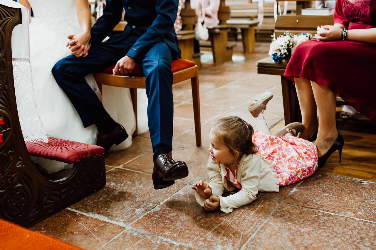Ein Mädchen liegt während einer Hochzeitszeremonie in einer Kirche in Passau auf dem Boden