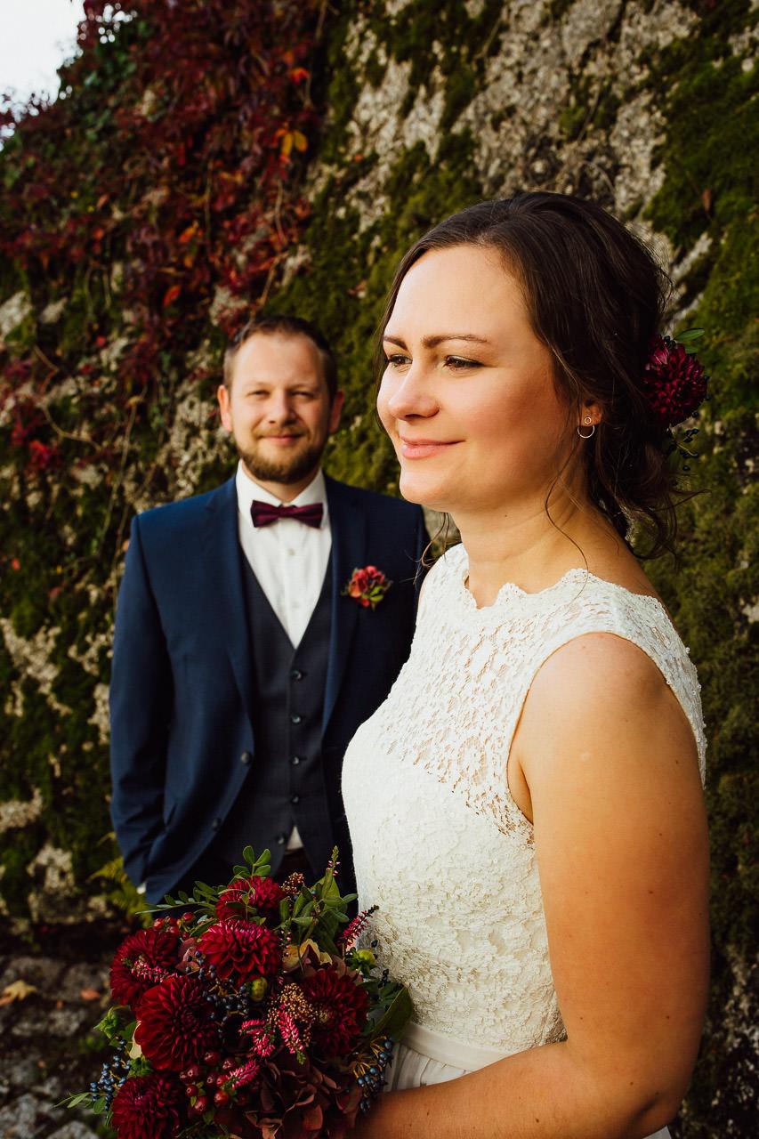 Die Braut und der Bräutigam während ihrer Hochzeitsfotosession im Herbstgarten