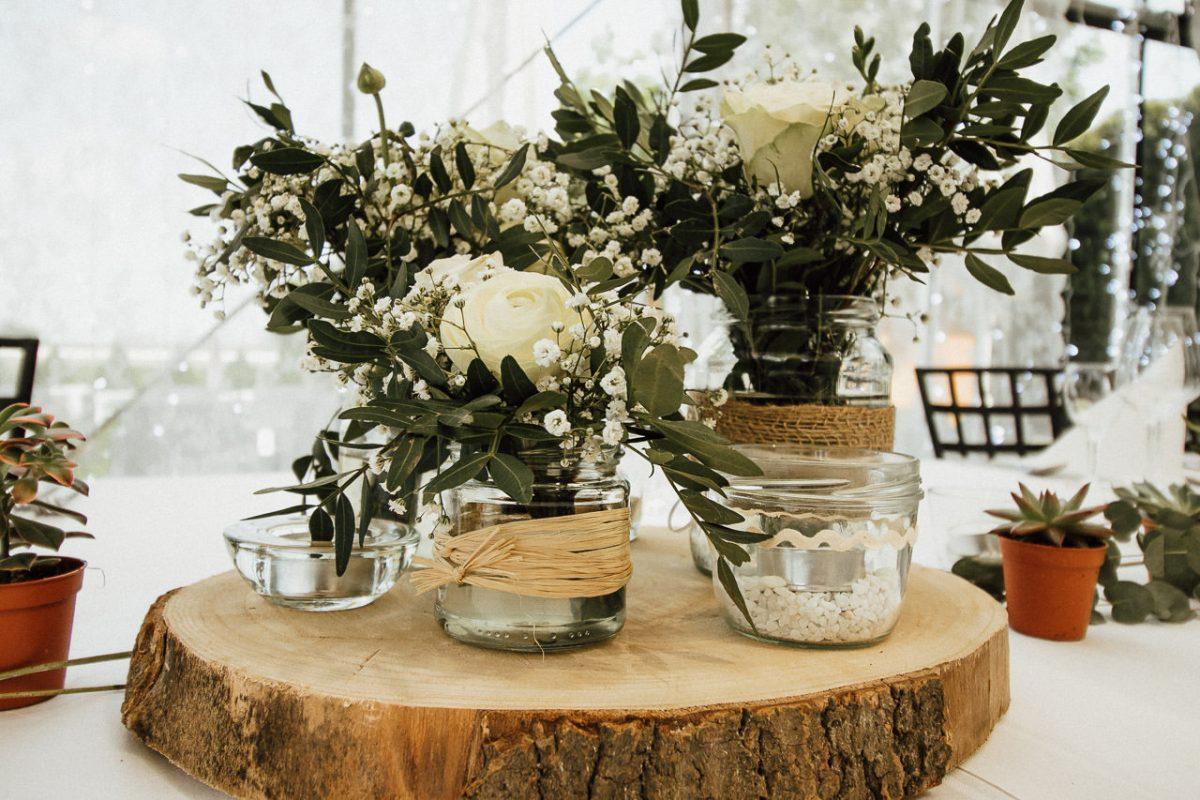Hochzeit Saal Dekor, weiße Rosen auf dem Tisch.