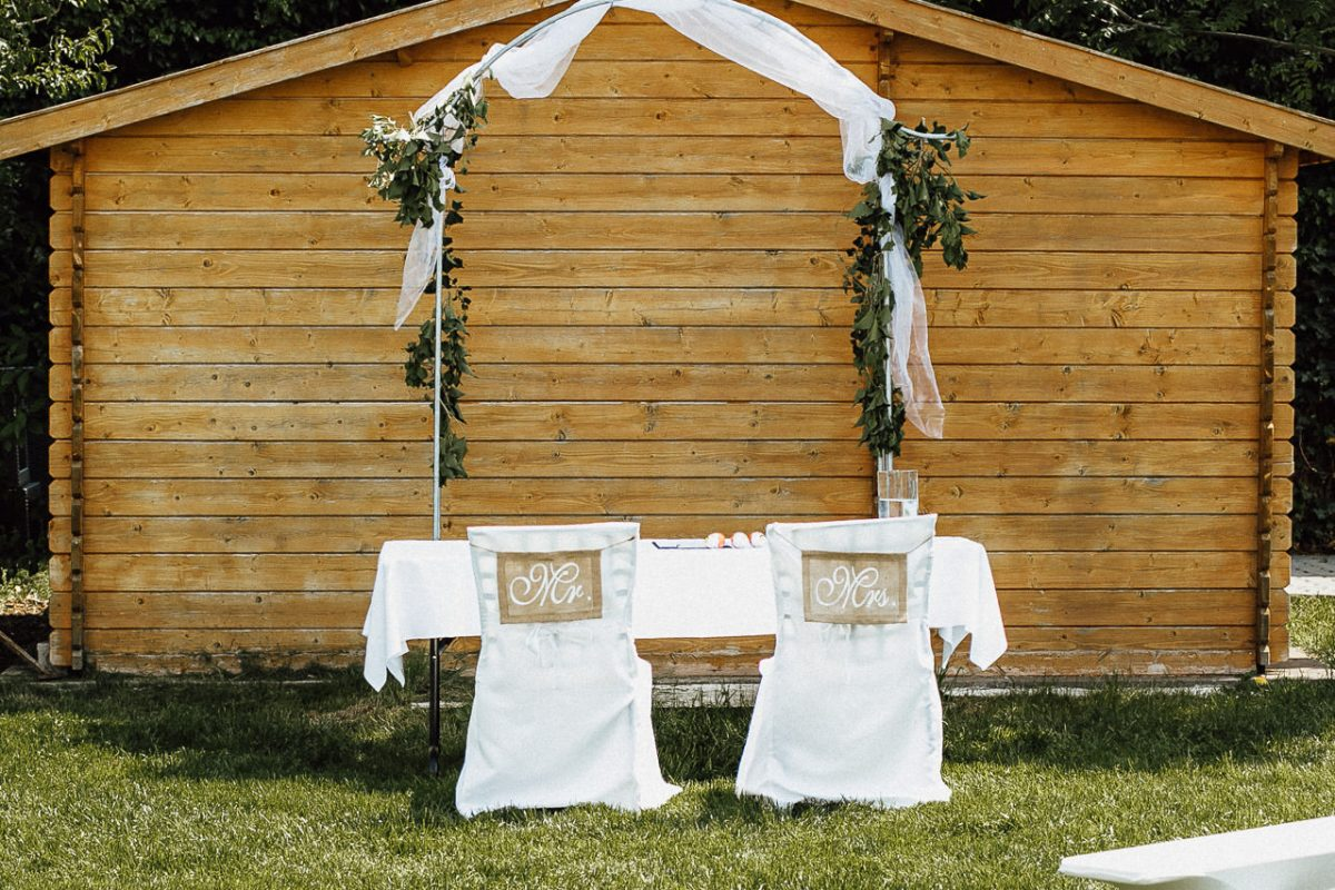 Ein Platz für die Braut und den Bräutigam während einer Hochzeitszeremonie im Freien.