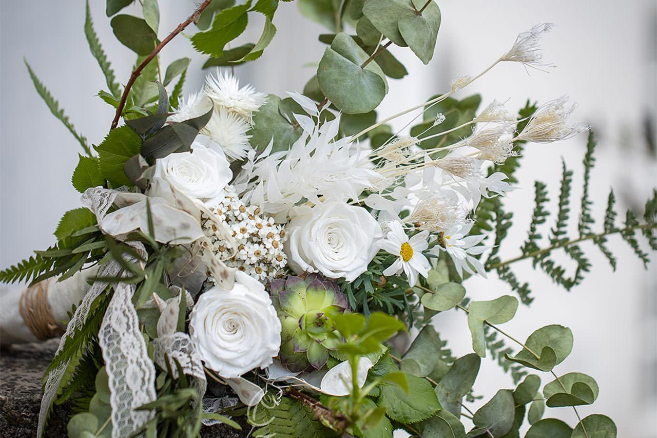 Hochzeitsstrauß aus weißen Rosen für 2022 von der Floristikwerkstatt Plep