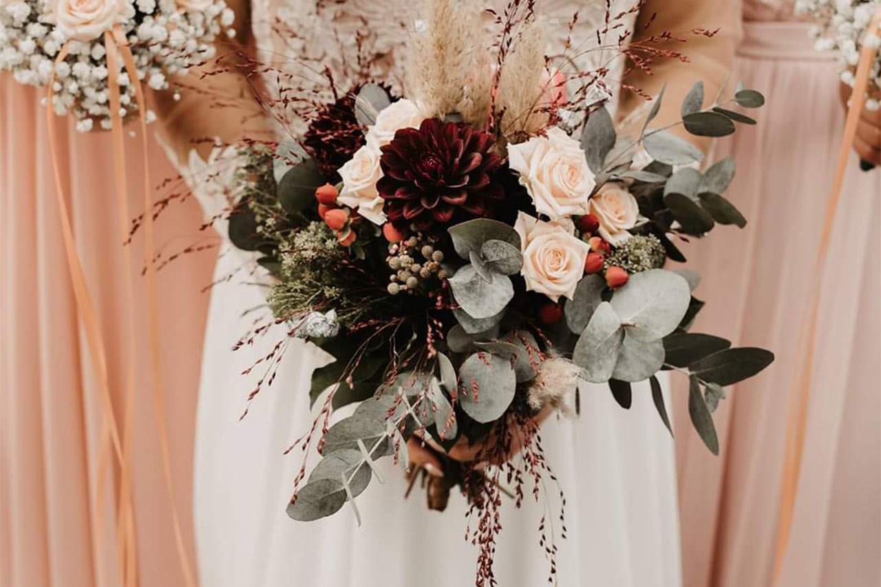Hochzeitsstrauß aus Trockenblumen und Rosen von der Blumenstube Strasskirchen