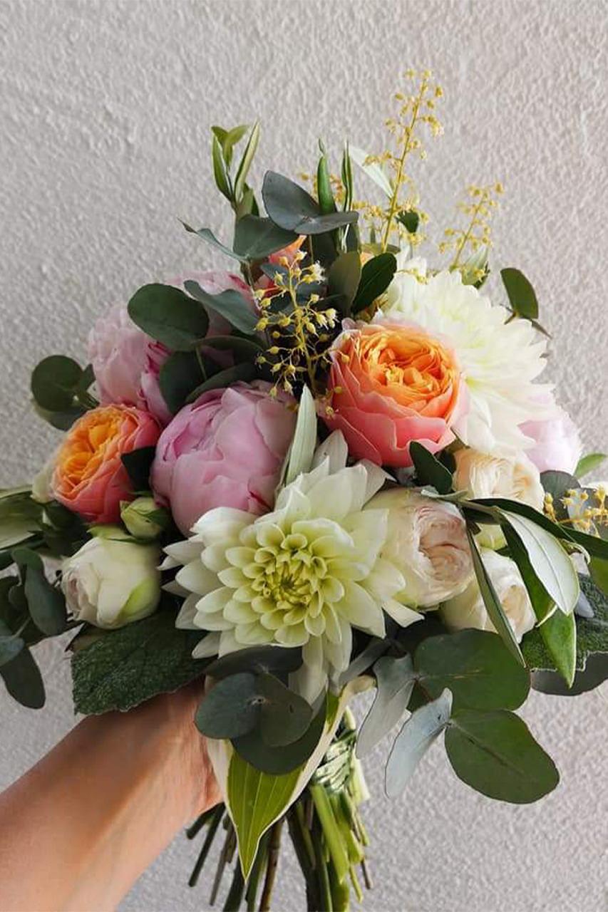 Hochzeitsstrauß aus bunten Blumen für 2022 von der Blumenstube Strasskirchen