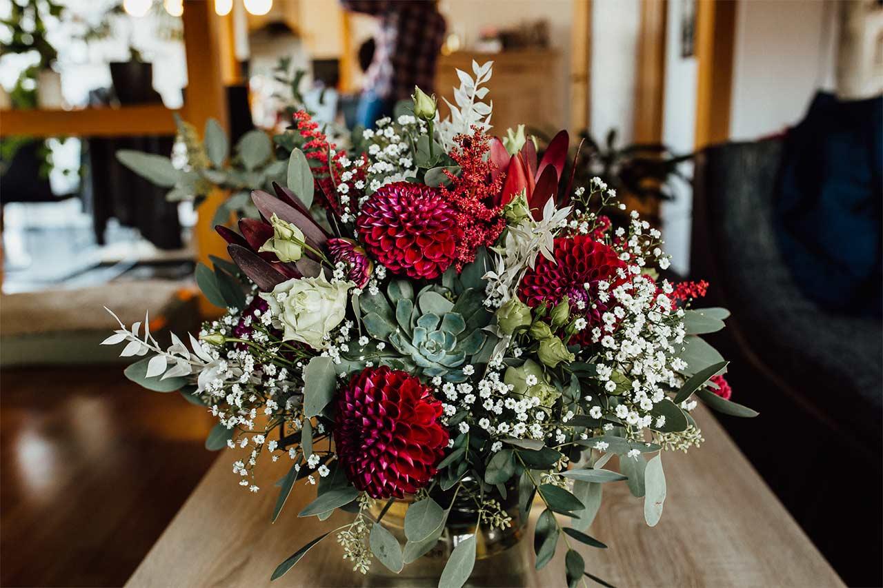 Der Strauß der Braut. Trockene und rote Blumen