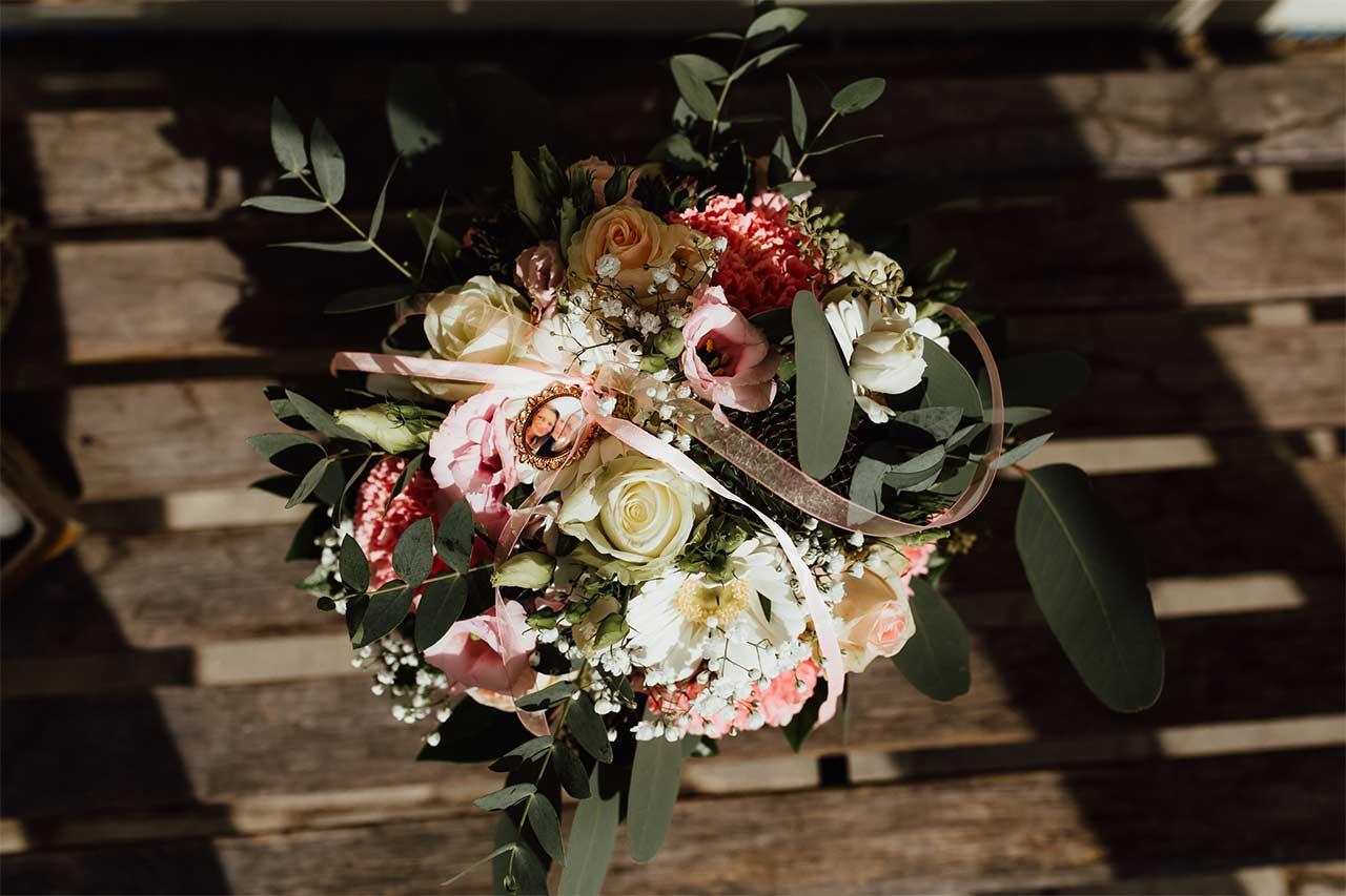 Hochzeitsstrauß mit einem Medaillon