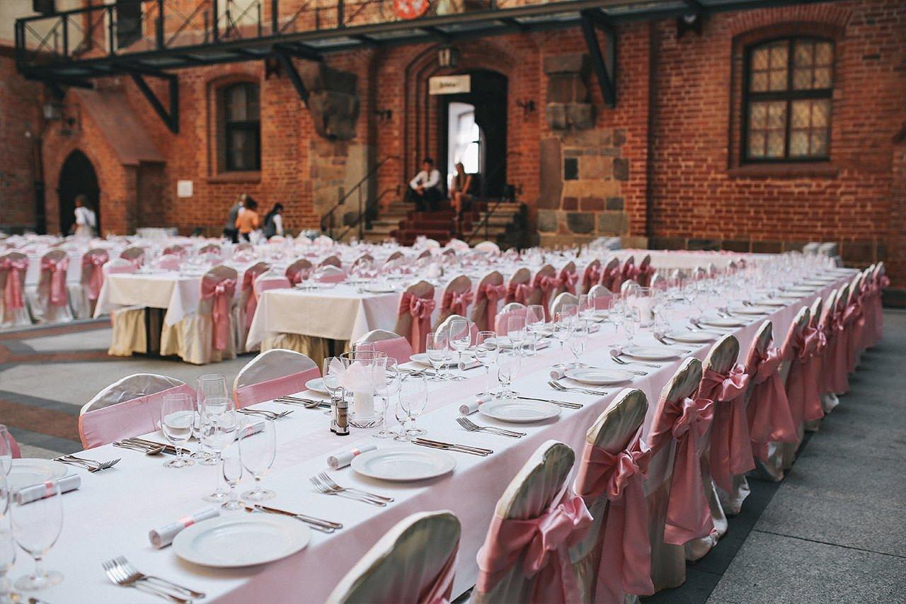 Ein leerer Hochzeitssaal wartet in voller Bereitschaft auf Hochzeitsgäste, die wegen der Pandemie nicht zur Trauung kommen können