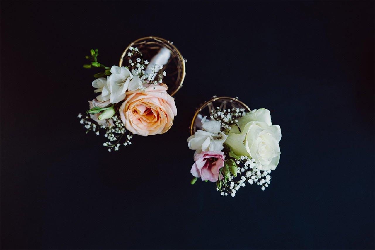 Rosen als Tischaccessoire bei einer Hochzeit während der Covid-19 Pandemie