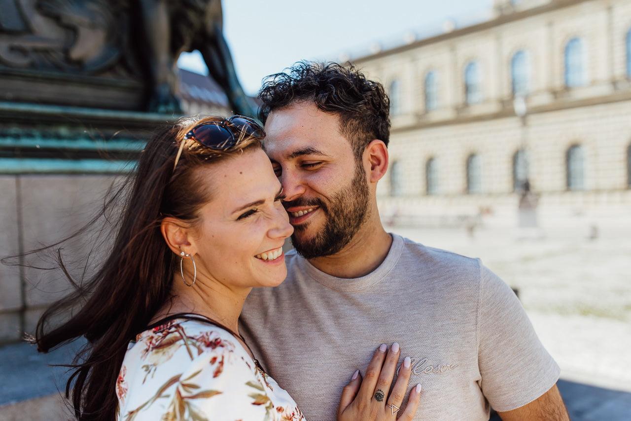 Lächelndes Paar bei einem Shooting in München