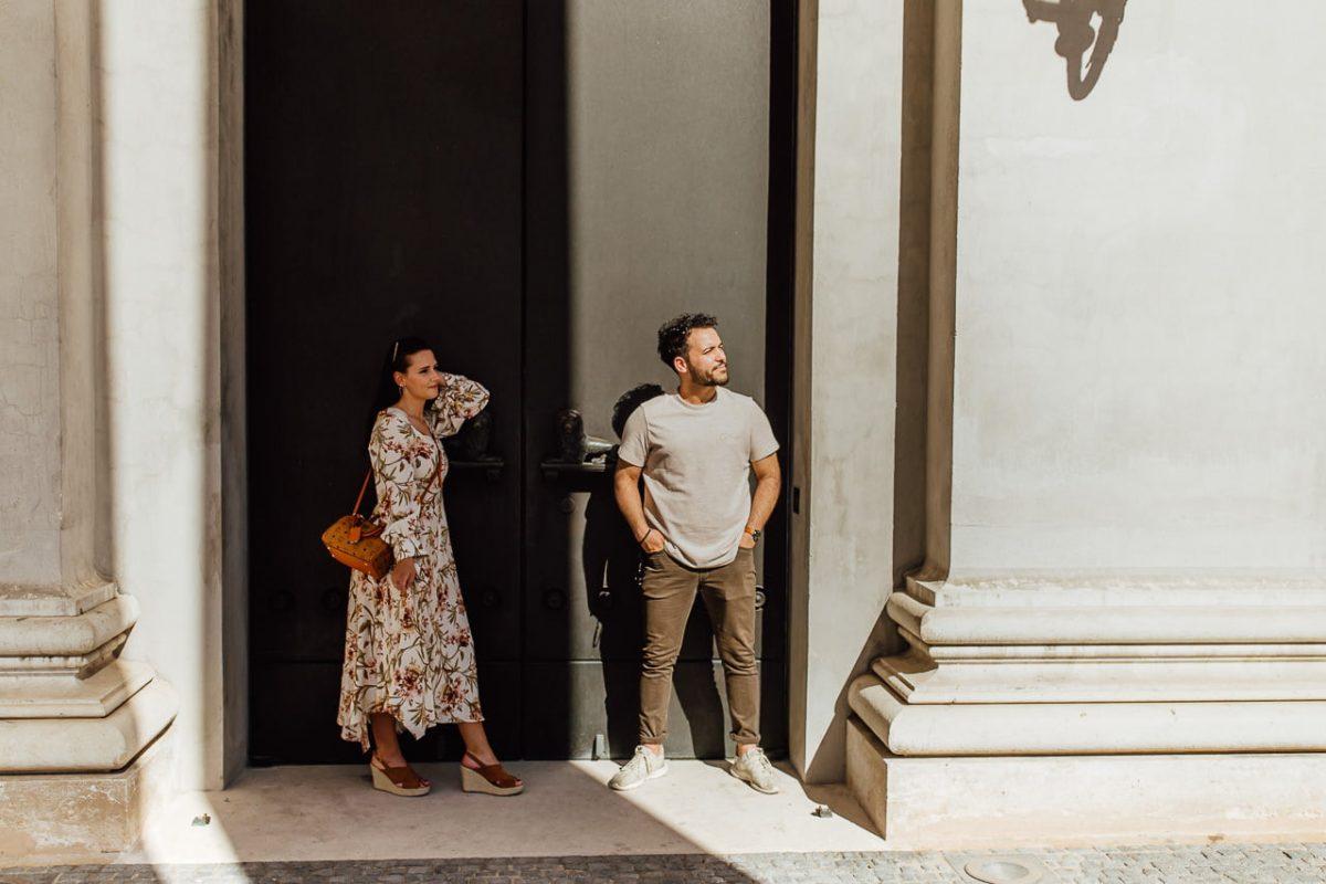 Das Paar blickt während eines Paarshootings in München in die Sonne.