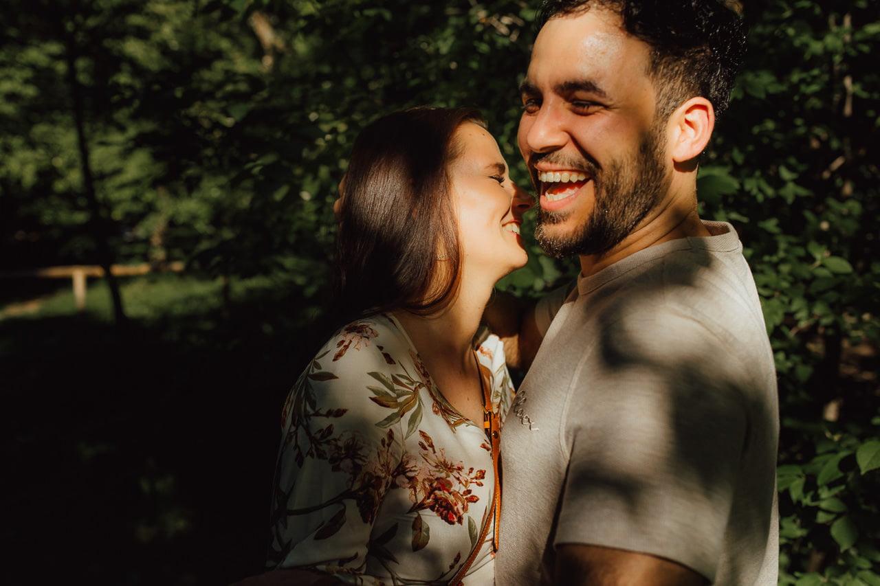 Lächelndes Paar im Englischen Garten in München