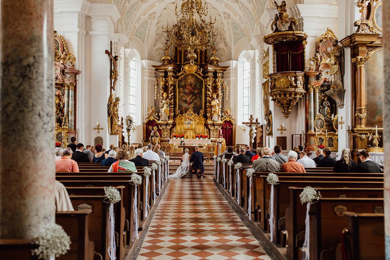 Braut und Bräutigam vor dem Altar bei einer kirchlichen Trauung in München